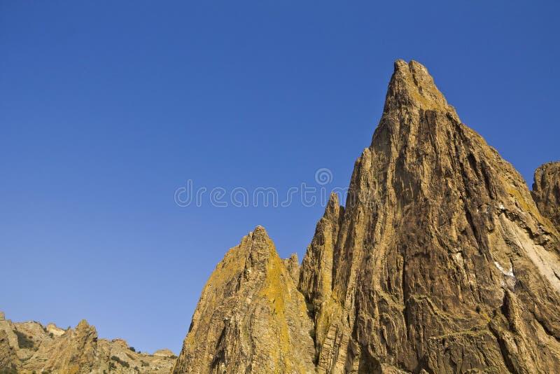 Scharfe Bergspitzen des alten Vulkans stockfotografie