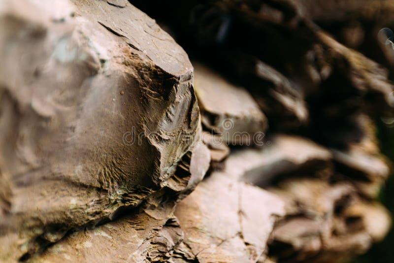 Scharfe Gebirgsfelsen durch den Fluss Viele Schichten des Steins lizenzfreies stockfoto