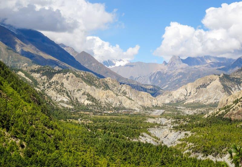 Scharfe graue Berge unter alpines mit einem Schnee bedeckten mountai mit einer Kappe lizenzfreie stockfotografie