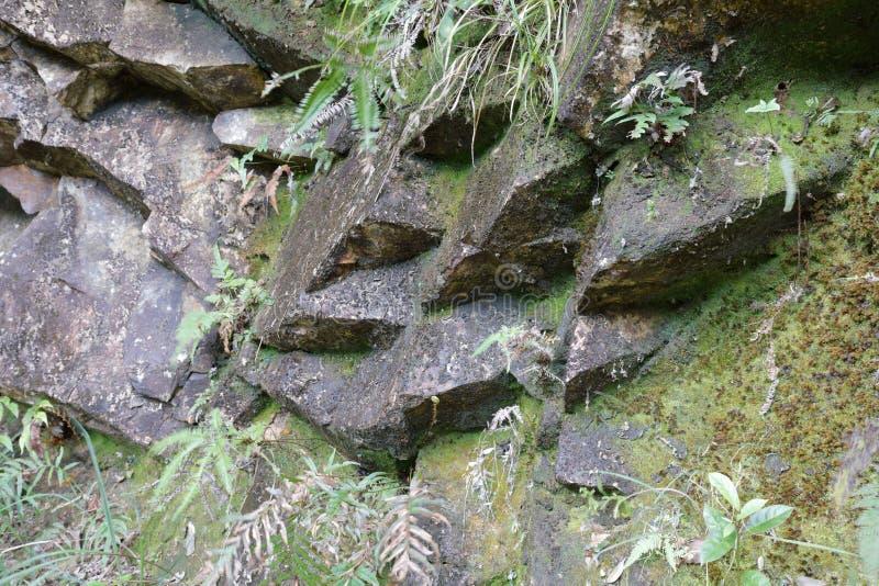 Scharfer Felsen auf dem Berg, luftgetrockneter Ziegelstein rgb stockfoto