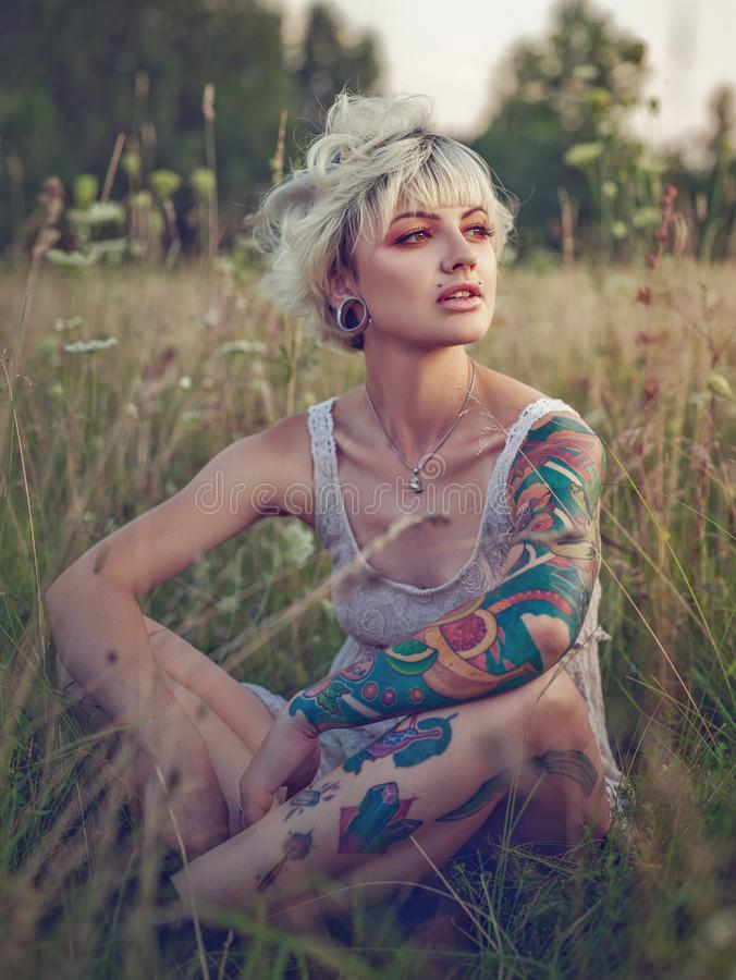 Scharfes, das blond schaut Sommerzeitfrauporträt stockbild