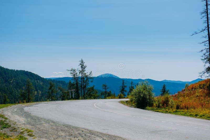 Scharfes Kurve raod im Berg, Landschaftsansicht, Altai stockbild