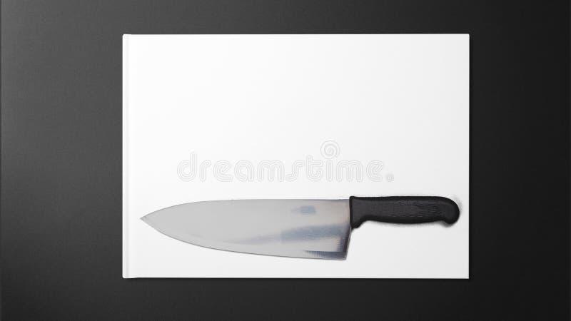 Scharfes Messer auf Weißbuch auf schwarzem Hintergrund stockfotos
