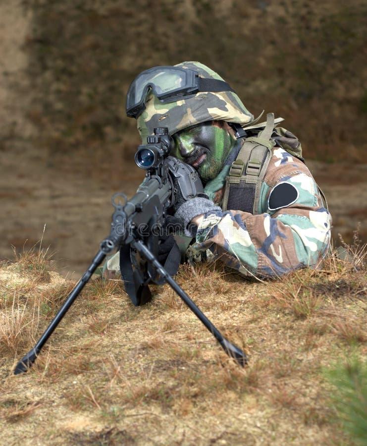 Scharfschütze im Foxhole lizenzfreie stockfotos
