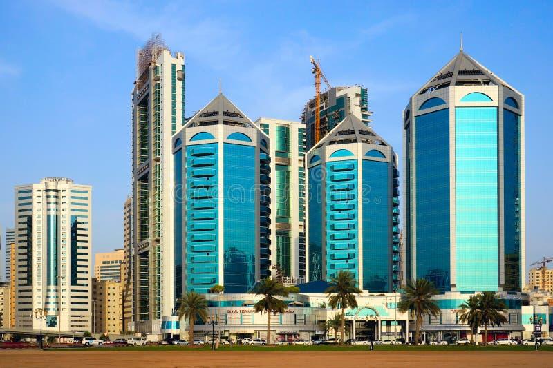 SCHARJAH, VEREINIGTE ARABISCHE EMIRATE - 21. APRIL 2014: Luxusgebäude stockfotografie