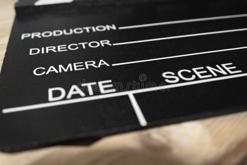 Scharnierventilbrett auf einer Holzoberfläche, lizenzfreie stockfotografie