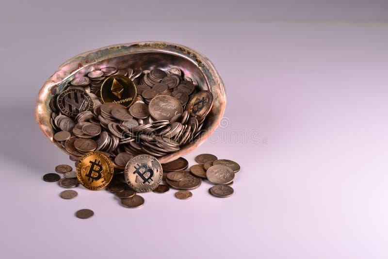 Schat van Zilveren Muntstukken met Beetjemuntstukken stock afbeelding