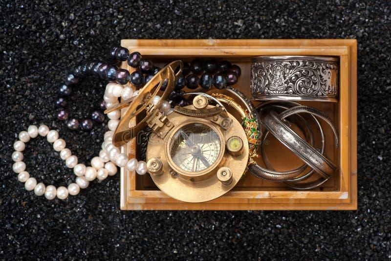 Schatborst, juwelen en uitstekende compas royalty-vrije stock afbeeldingen