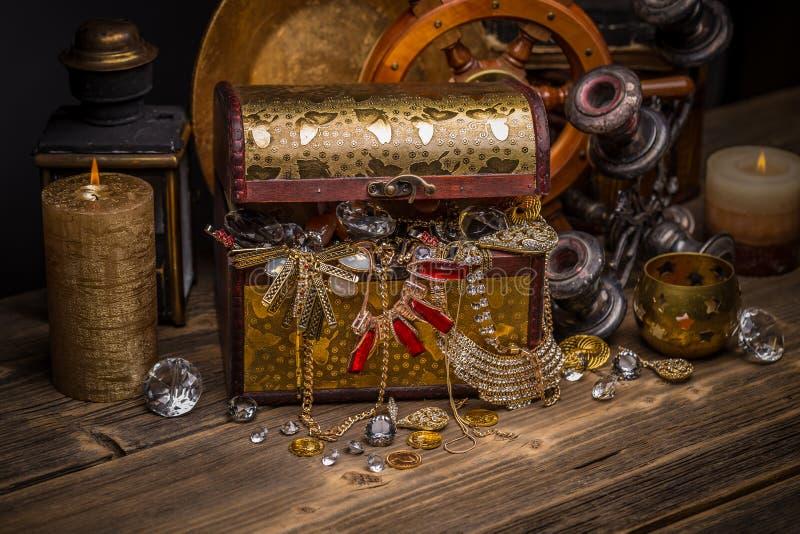 Schatborst met juwelen stock afbeeldingen