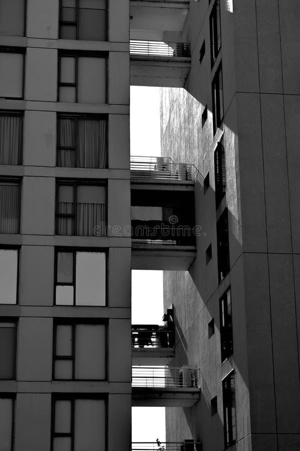 Schatten auf einem modernen Gebäude stockfoto