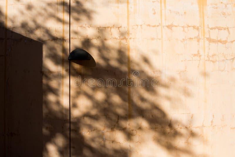 Schatten auf einer Leuchte stockbilder