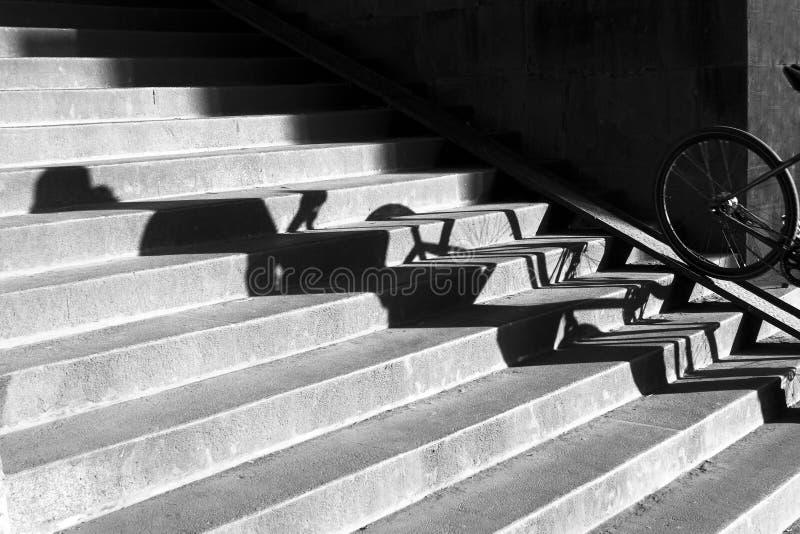 Schatten auf Fußgängerfahrradtreppenhaus lizenzfreies stockfoto