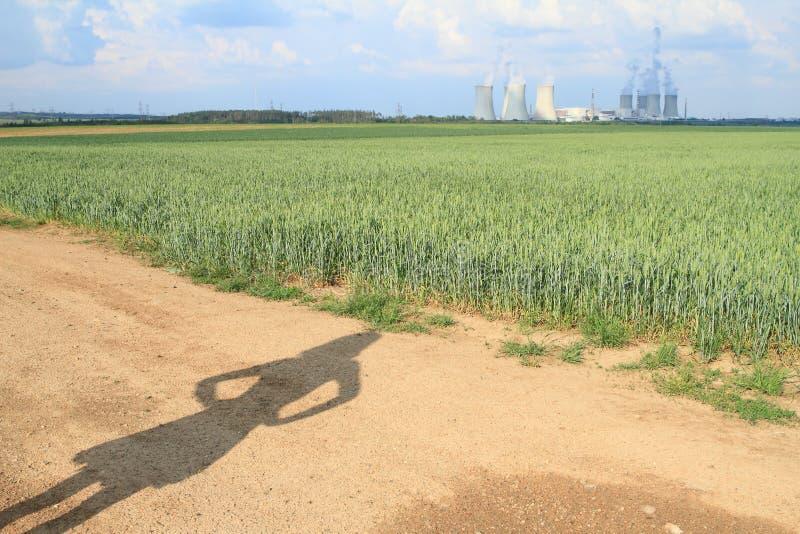 Schatten der ver?rgerten Frau Atomkraftwerk aufpassend stockfoto