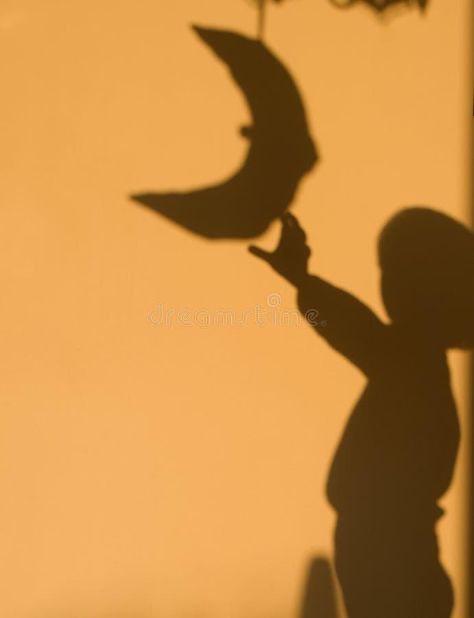 Schatten des Kindes in den ersten Strahlen stockfotografie