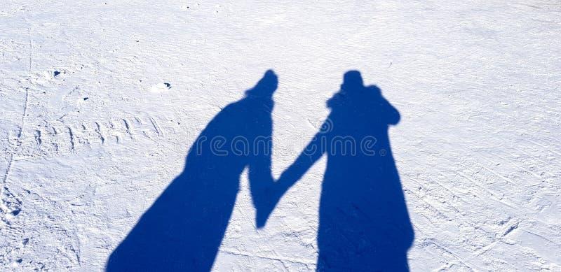 Schatten des Liebhabers auf dem Schneefeld lizenzfreie stockbilder