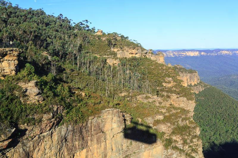Schatten einer Drahtseilbahn auf einer Klippe in den blauen Bergen, Australien stockbild