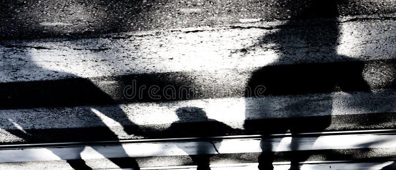 Schatten einer Familie auf Kreuzungen stockfotos