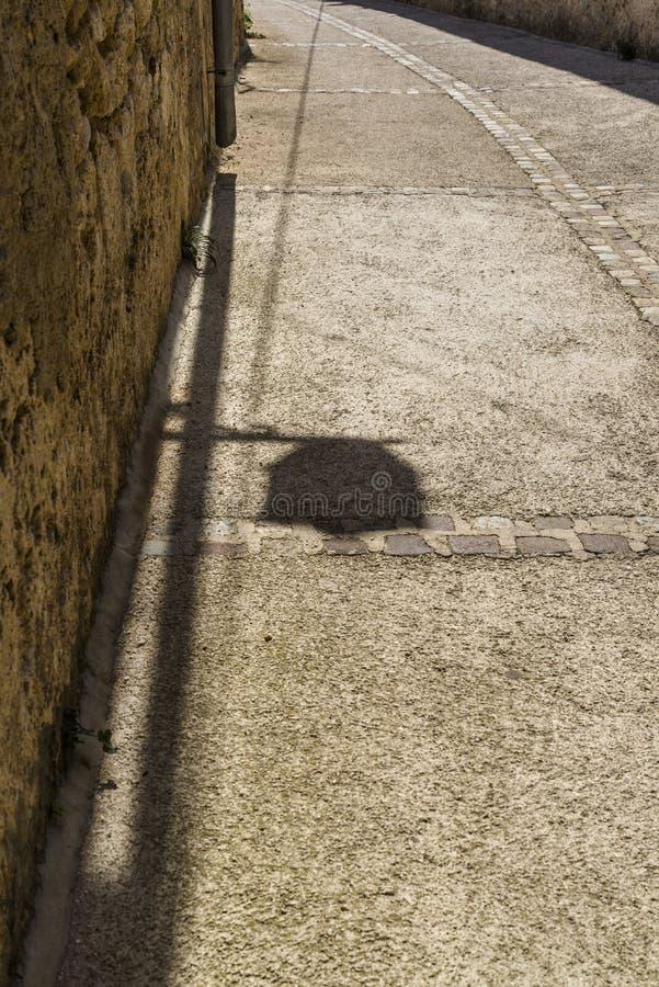 Schatten einer Straßenlaterne stockfoto