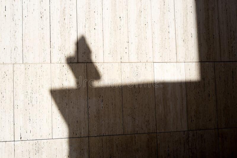 Schatten eines Kreuzes stockbilder