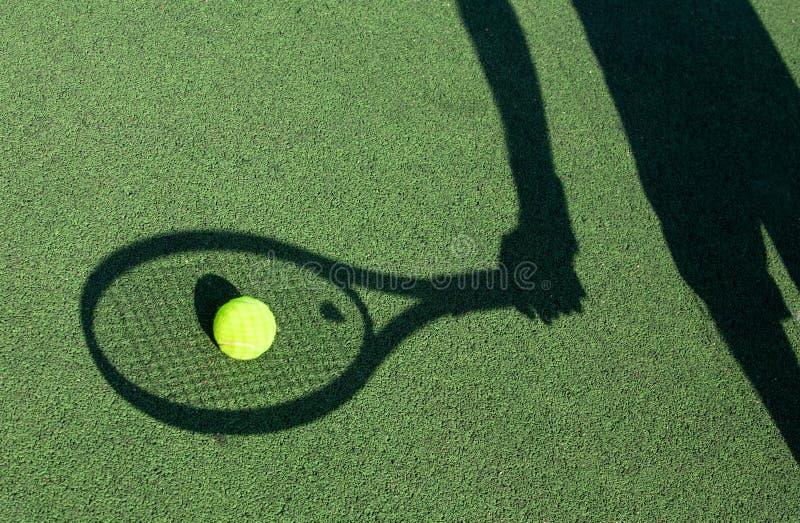 Schatten eines Tennisspielers stockfotografie