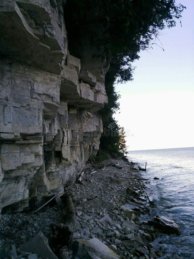 Schatten nahe den Felsen stockfotos