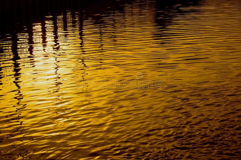 Schatten reflektieren den goldenen Kreis an der Dämmerung, das Licht von der Sonne reflektiert das Wasser stockfoto