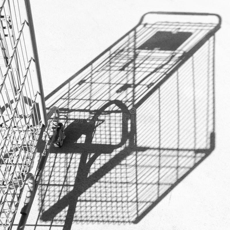 Schatten und Teil des Warenkorbes gegen Beton stockfotografie
