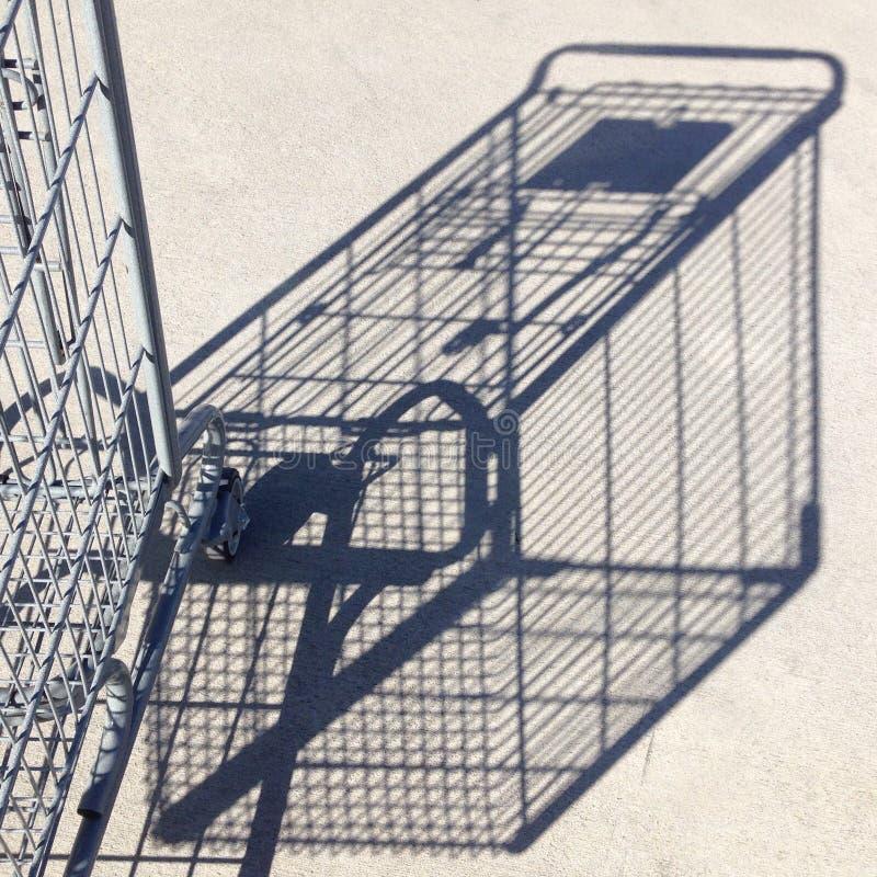Schatten und Teil des Warenkorbes gegen Beton stockfoto