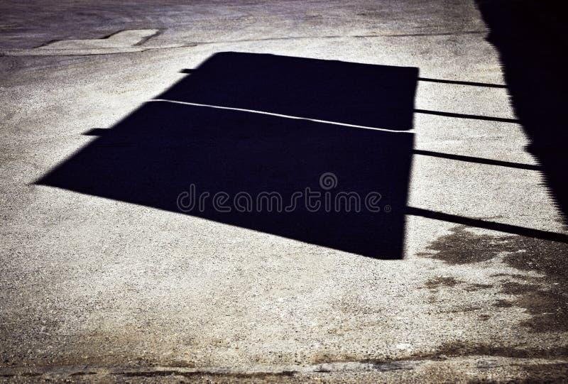 Schatten von Anschlagtafeln auf der Straße lizenzfreie stockfotos