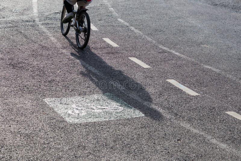 Schatten von der Rückseite eines Radfahrers lizenzfreie stockfotografie