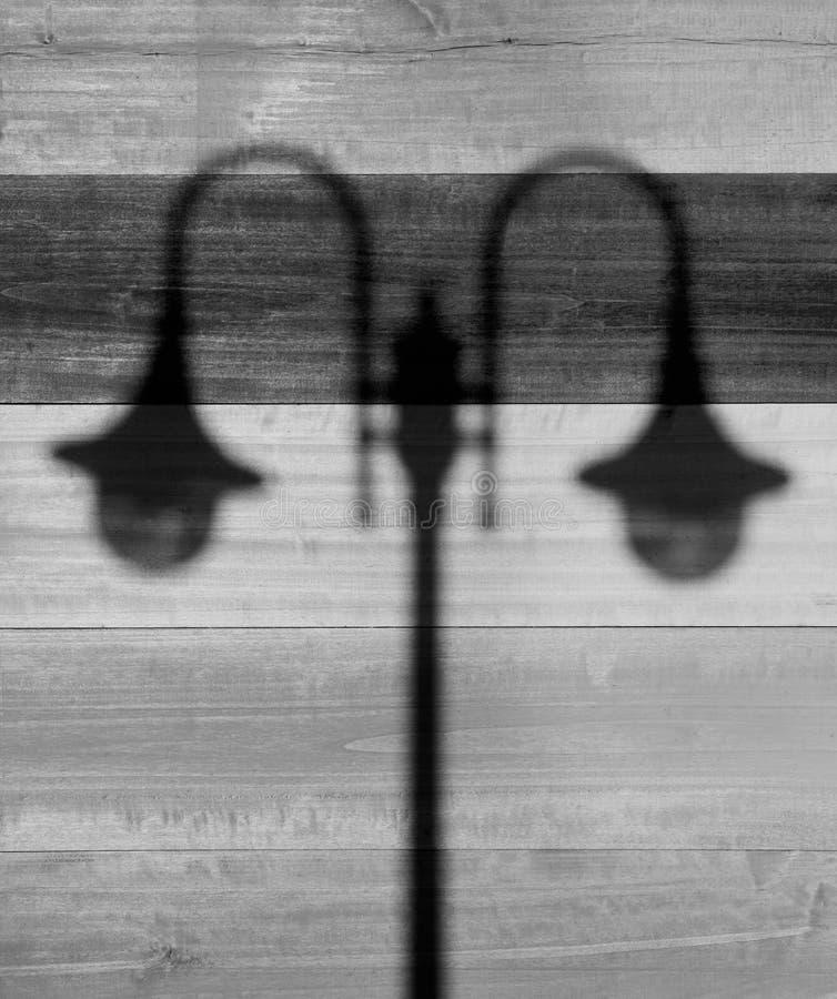 Schatten von Straßenlaternen auf hölzernem Hintergrund stockfoto