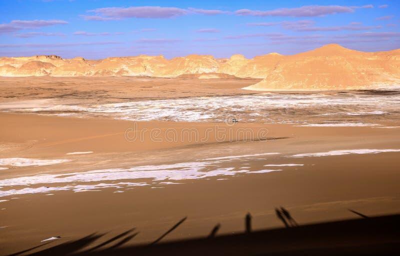 Schatten von Touristen an der weißen Wüste, Ägypten lizenzfreies stockbild
