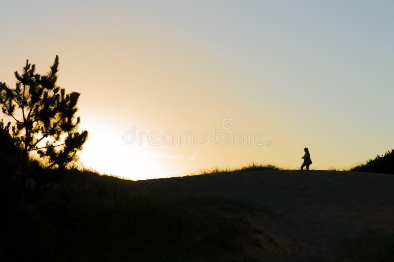 Schattenbild auf den Dünen bei Sonnenuntergang in Punta del Este, Uruguay lizenzfreie stockfotografie