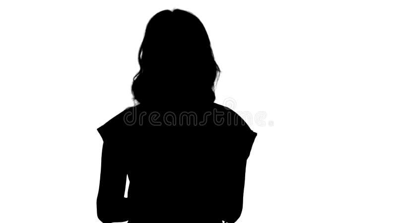 Schattenbild-Dame, die das rote T-Shirt hält eine Tablette in ihren Händen mit einem ernsten Gesicht spricht mit Kamera trägt lizenzfreie stockbilder