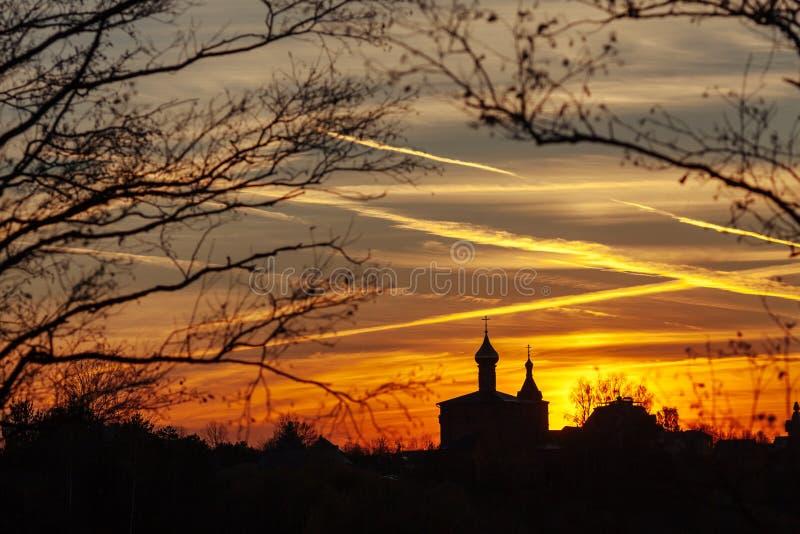 Schattenbild der alten orthodoxen Kirche am Sonnenunterganghintergrund Russland stockfoto