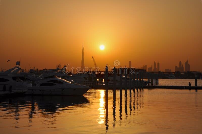 Schattenbild der Dubai-Skyline und des Jachthafens stockbilder