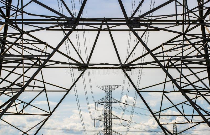 Schattenbild der elektrischen Pfostenhochspannungsstruktur lizenzfreies stockfoto