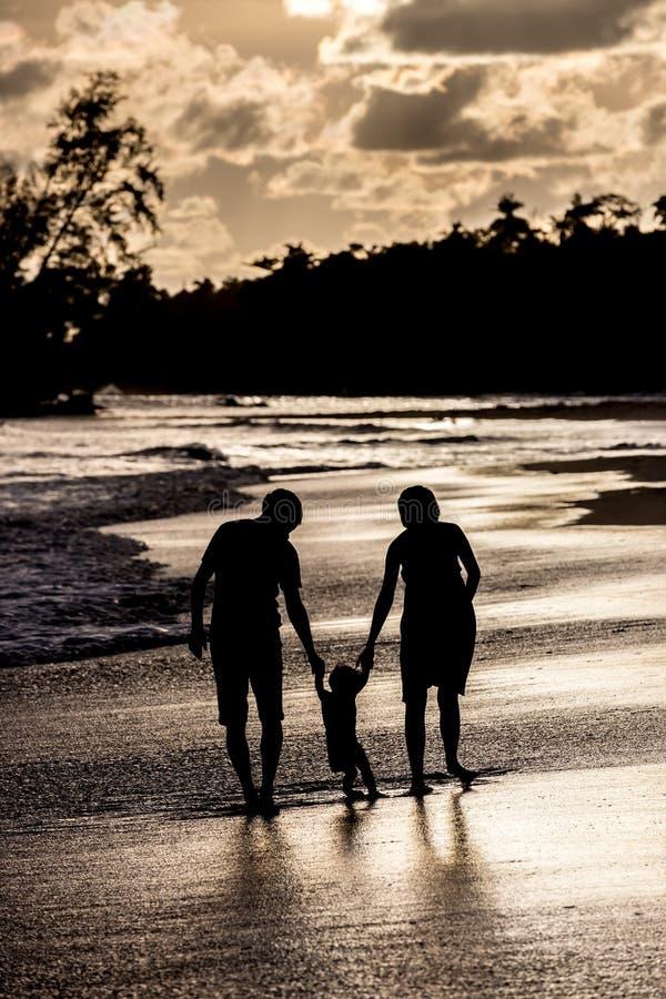 Schattenbild der Familie auf dem Strand am Sonnenuntergang lizenzfreies stockbild