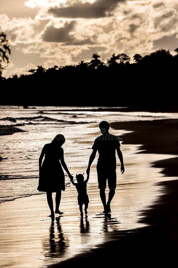 Schattenbild der Familie auf dem Strand am Sonnenuntergang lizenzfreies stockfoto