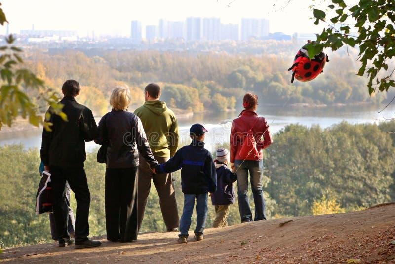 Schattenbild der Familie eine Herbstabnahme bewundernd stockfotografie