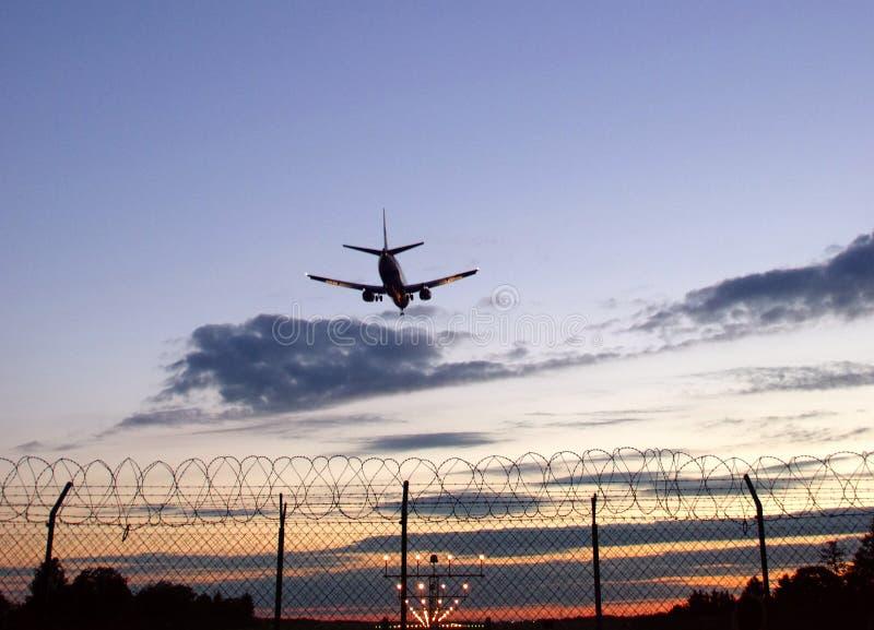 Download Schattenbild Der Flugzeuglandung Stockbild - Bild von ferien, himmel: 96927449