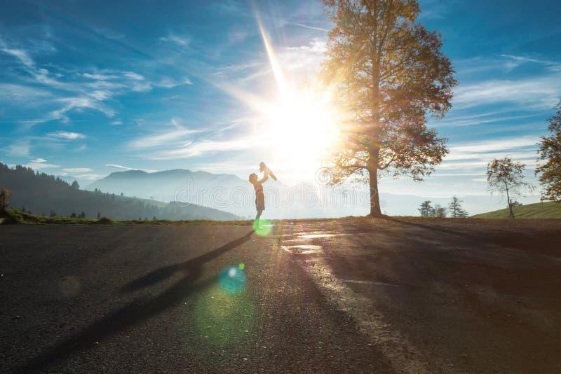 Schattenbild der Frau Baby in den Schweizer Alpen halten lizenzfreies stockfoto