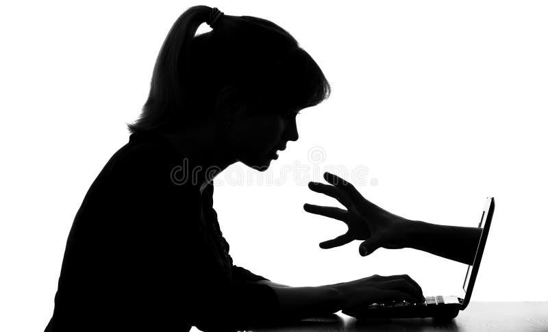 Schattenbild der Frau an Computerschauen seine versteckten Gefahren für Teenager im Internet stockbild