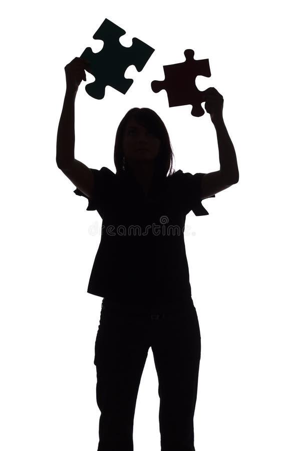 Schattenbild der Frau mit Puzzlespiel lizenzfreie stockfotografie