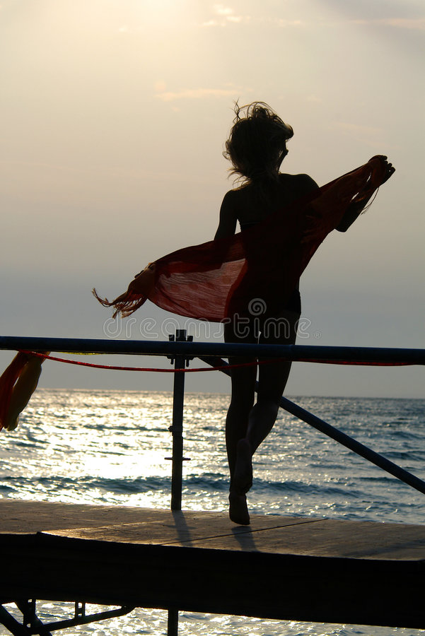 Schattenbild der Frauen, die mit Schal tanzen stockbilder