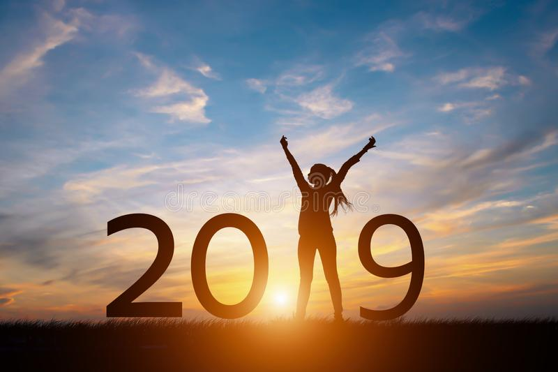 Schattenbild der glücklichen Frau mit neuem yeay Konzept 2019 stockfotografie