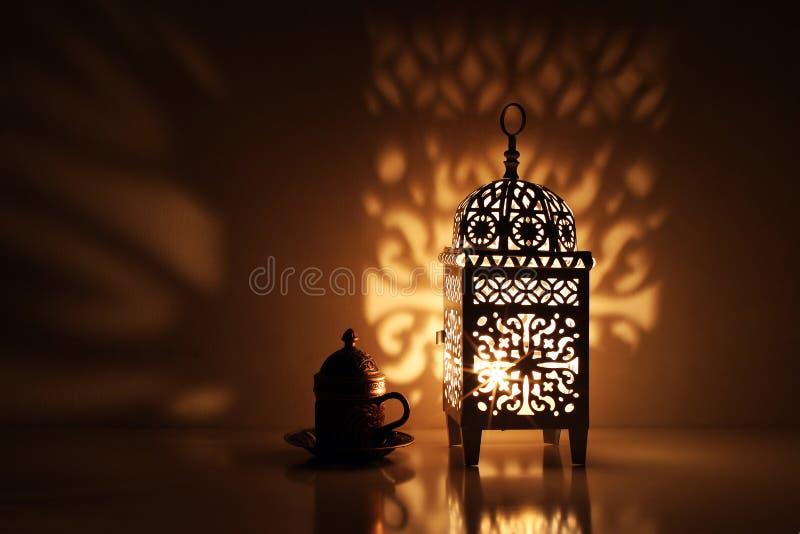 Schattenbild der glühenden marokkanischen dekorativen Laterne mit Bronzeteeschale Dekorative goldene Schatten glückliches neues J lizenzfreies stockfoto
