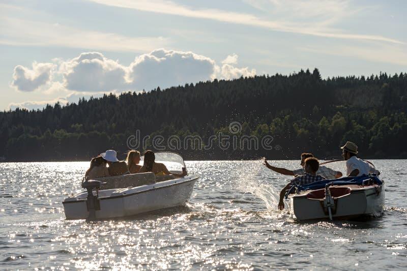 Schattenbild der Leute, die mit Motorbooten laufen stockfoto