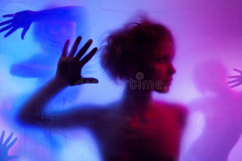 Schattenbild der jungen Frau stockfotografie