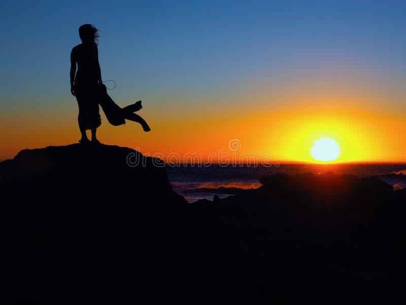Schattenbild der jungen Frau stehend auf dem Strand lizenzfreies stockbild